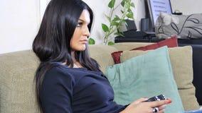Aantrekkelijke jonge vrouw het spelen videospelletjes royalty-vrije stock fotografie