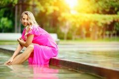 Aantrekkelijke jonge vrouw in het zwembad royalty-vrije stock afbeelding