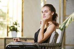 Aantrekkelijke jonge vrouw in hotelhal stock foto