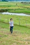 Aantrekkelijke jonge vrouw in landelijk milieu Stock Foto's