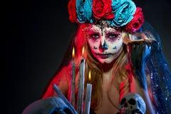 Aantrekkelijke jonge vrouw met de make-up van de suikerschedel stock fotografie
