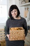 Aantrekkelijke jonge vrouw met gebakje stock foto