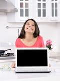 Aantrekkelijke jonge vrouw met giftdozen Royalty-vrije Stock Afbeeldingen