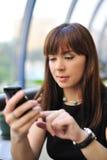 Aantrekkelijke jonge vrouw met pda Stock Foto's