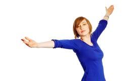 Aantrekkelijke jonge vrouw met wapens brede open stock afbeeldingen