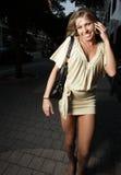 Aantrekkelijke jonge vrouw op de telefoon stock afbeeldingen