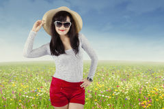 Aantrekkelijke jonge vrouw op de weide Stock Afbeeldingen