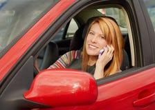 Vrouw op telefoon in auto Stock Foto
