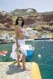 Aantrekkelijke jonge vrouw in roze bikini en witte rok door har Royalty-vrije Stock Fotografie