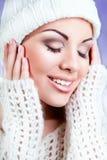 Aantrekkelijke jonge vrouw in warme kleding. wit Royalty-vrije Stock Afbeelding