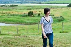 Aantrekkelijke jonge vrouw in weiland Royalty-vrije Stock Foto