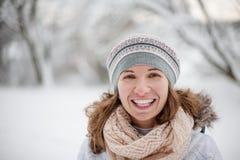 Aantrekkelijke jonge vrouw in wintertijd openlucht Stock Fotografie