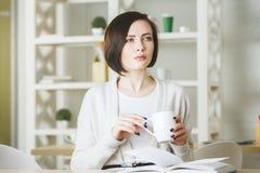 Aantrekkelijke jonge vrouwelijke het drinken koffie Stock Fotografie