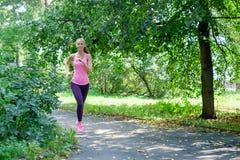 Aantrekkelijke jonge vrouwenjogging op parksleep Gezond levensstijlconcept stock afbeelding
