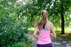 Aantrekkelijke jonge vrouwenjogging op parksleep Gezond levensstijlconcept royalty-vrije stock foto