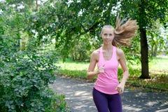 Aantrekkelijke jonge vrouwenjogging op parksleep Gezond levensstijlconcept stock fotografie