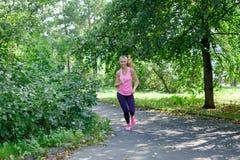 Aantrekkelijke jonge vrouwenjogging op parksleep Gezond levensstijlconcept royalty-vrije stock foto's