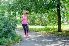 Aantrekkelijke jonge vrouwenjogging op parksleep Gezond levensstijlconcept stock foto's