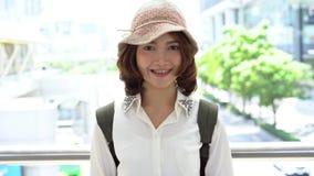Aantrekkelijke jongelui die Aziatisch vrouwen in openlucht portret in de reeks van stads echte mensen glimlachen stock footage