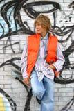 Aantrekkelijke jongen die tegen een muur leunt Stock Fotografie