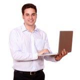 Aantrekkelijke Kaukasische kerel die zijn laptop met behulp van stock afbeeldingen