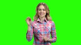 Aantrekkelijke Kaukasische vrouw die onzichtbare interface gebruiken stock footage