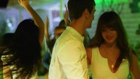 Aantrekkelijke Kerel met meisje die in liefde dicht bij elkaar bij partij dansen stock footage