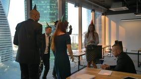 Aantrekkelijke knappe collega's die de verjaardag van de werkgever vieren op het kantoor stock video
