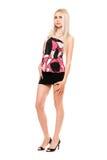 Aantrekkelijke langbenige jonge blonde in zwarte miniskirt Stock Afbeeldingen