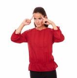 Aantrekkelijke Latijnse dame die neer aan haar recht kijken royalty-vrije stock foto