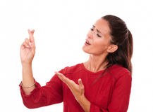 Aantrekkelijke Latijnse dame met het wensen van teken stock foto