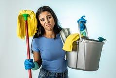 Aantrekkelijke Latijnse vrouw bored en rusteloos van het schoonmaken en huis het kipping royalty-vrije stock fotografie