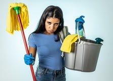 Aantrekkelijke Latijnse vrouw bored en rusteloos van het schoonmaken en huis het kipping stock afbeelding