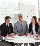 Aantrekkelijke manager in een vergadering met zijn team Royalty-vrije Stock Afbeeldingen