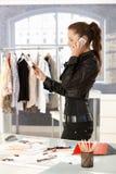 Aantrekkelijke manierontwerper die op telefoon spreekt stock fotografie