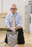 Aantrekkelijke mannelijke oudste die het huisvuil zoekt. Royalty-vrije Stock Afbeeldingen