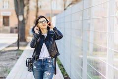 aantrekkelijke meisje grappige het luisteren muziek in hoofdtelefoons stock afbeelding