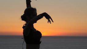 Aantrekkelijke meisje het dansen oosterse dans bij zonsondergang stock footage