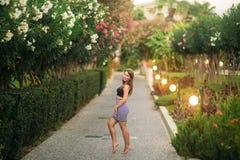 Aantrekkelijke meisjesglimlach in de zomertijd Zonsondergang stock foto's