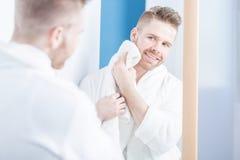 Aantrekkelijke mens in badkamers royalty-vrije stock afbeelding