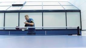 Aantrekkelijke mens die een pingpong spelen bij het hof stock videobeelden