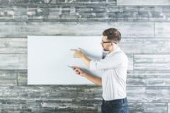 Aantrekkelijke mens die op whiteboard richten Royalty-vrije Stock Foto