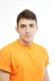 Aantrekkelijke mens die T-shirt dicht omhoog portret op witte achtergrond dragen Stock Afbeeldingen