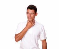 Aantrekkelijke mens die in wit ziek en vermoeid kijken. royalty-vrije stock fotografie