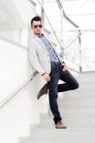Aantrekkelijke mens met gekleurde zonnebril Stock Afbeeldingen