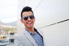 Aantrekkelijke mens met gekleurde zonnebril Royalty-vrije Stock Foto's