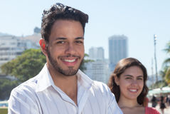 Aantrekkelijke mens met meisje in de stad Stock Fotografie