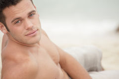 Aantrekkelijke mens op het strand Stock Afbeeldingen