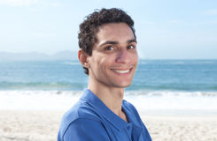 Aantrekkelijke Mexicaanse kerel bij strand Royalty-vrije Stock Foto
