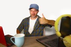 Aantrekkelijke millennial bedrijfsmens die met laptop computer als Internet blogger en technologie geek in online succesvolle baa stock afbeelding
